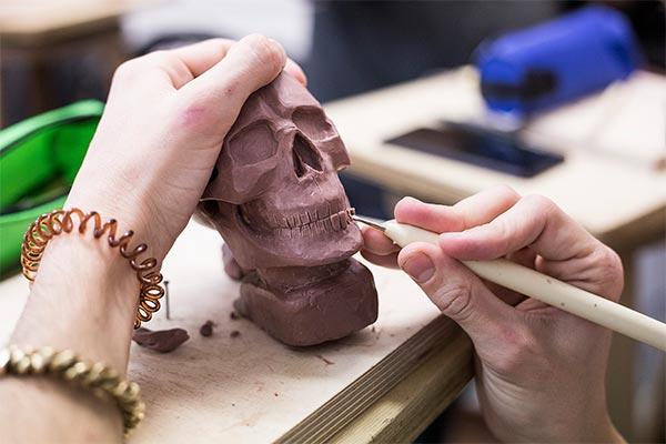 Alumno creando una escultura para aprender a dibujar después del natural.
