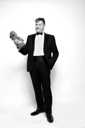 El director de Blue & Malone con el premio Goya a mejor corto de animación
