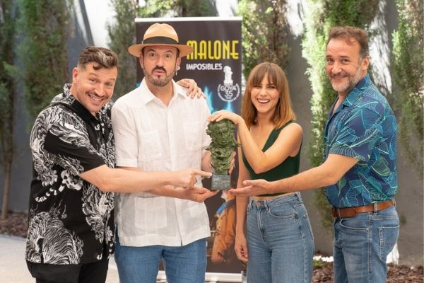 El director y los actores de Blue & Malone con la estatuilla del Goya