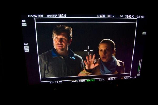 Abraham, el director de Blue & Malone dirigiendo una escena del corto